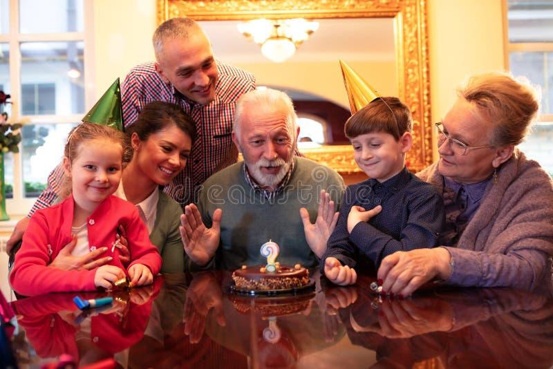 Gelukkige familie die een verjaardag viert stock foto's