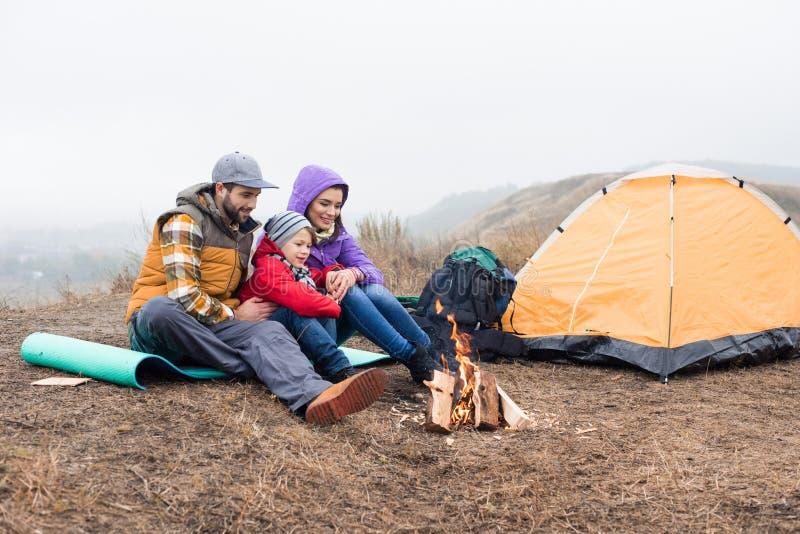 Gelukkige familie die het branden van brand bekijken royalty-vrije stock fotografie