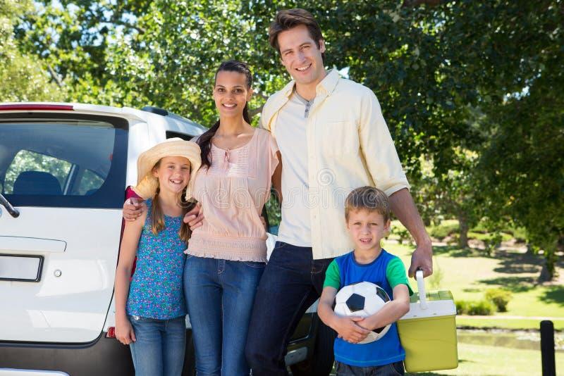 Gelukkige familie die klaar voor wegreis worden royalty-vrije stock foto's