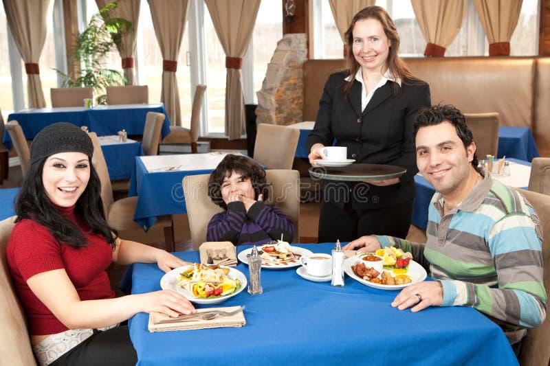 Gelukkige familie die ontbijt heeft bij een restaurant royalty-vrije stock fotografie