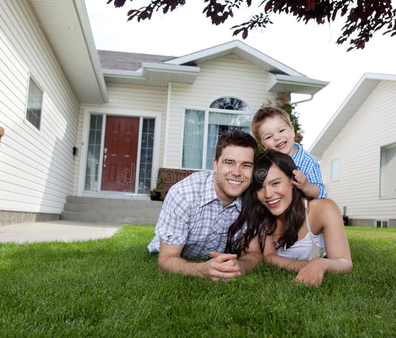Gelukkige Familie die op Gras ligt