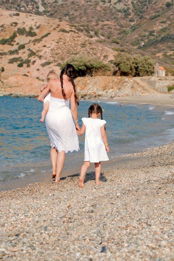Gelukkige familie die op het strand loopt royalty-vrije stock foto