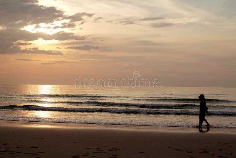 Gelukkige familie die op het strand lopen stock foto
