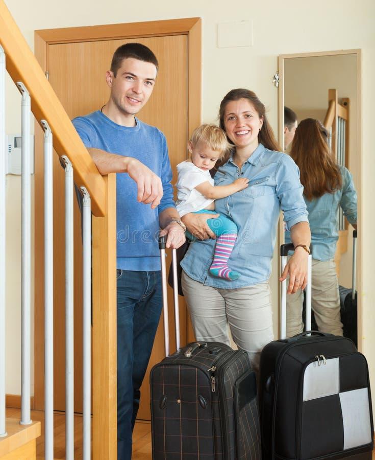 Gelukkige familie die op vakantie gaan stock afbeeldingen