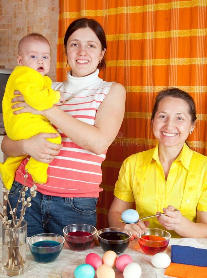 Gelukkige familie die paaseieren kleurt royalty-vrije stock foto's