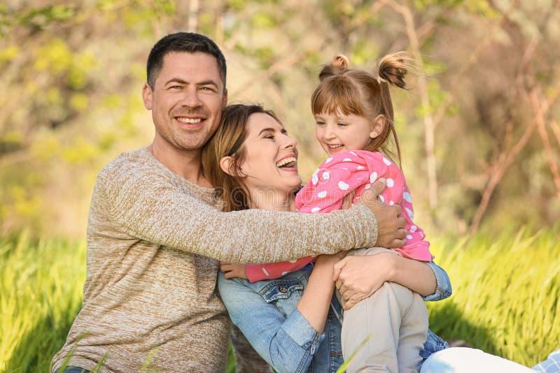 Gelukkige familie die in park rusten royalty-vrije stock afbeelding