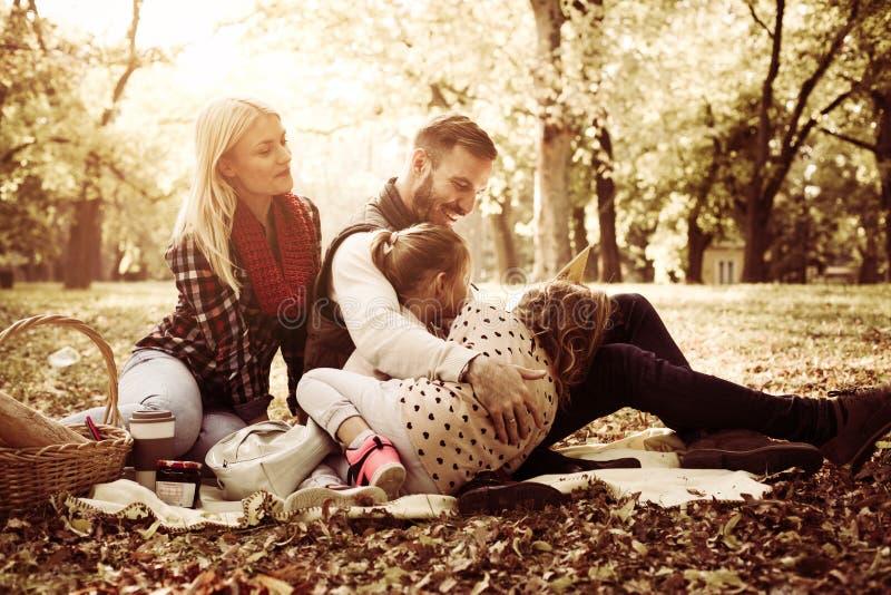 Gelukkige familie die picknick in aard hebben stock afbeeldingen