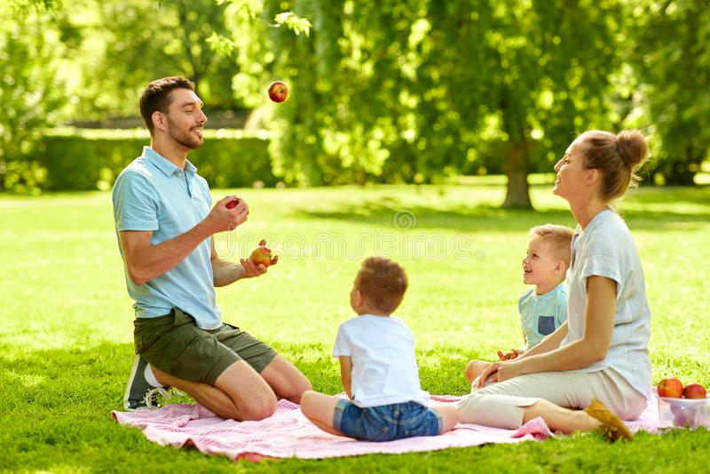 Gelukkige familie die picknick hebben bij de zomerpark royalty-vrije stock afbeelding