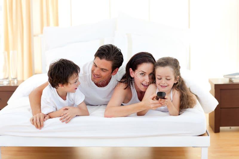 Gelukkige familie die pret in de slaapkamer heeft royalty-vrije stock foto's
