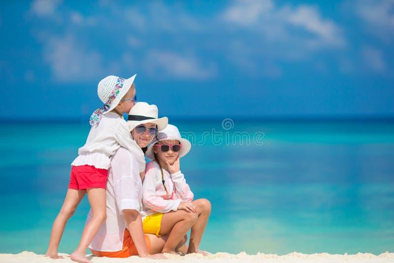 Gelukkige familie die pret hebben bij exotisch strand in tropicleiland stock afbeelding