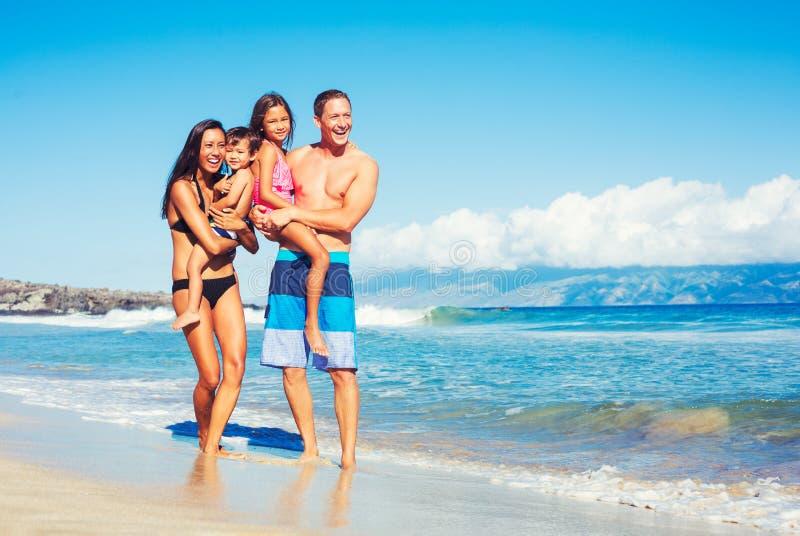 Gelukkige Familie die Pret hebben bij het Strand stock afbeelding