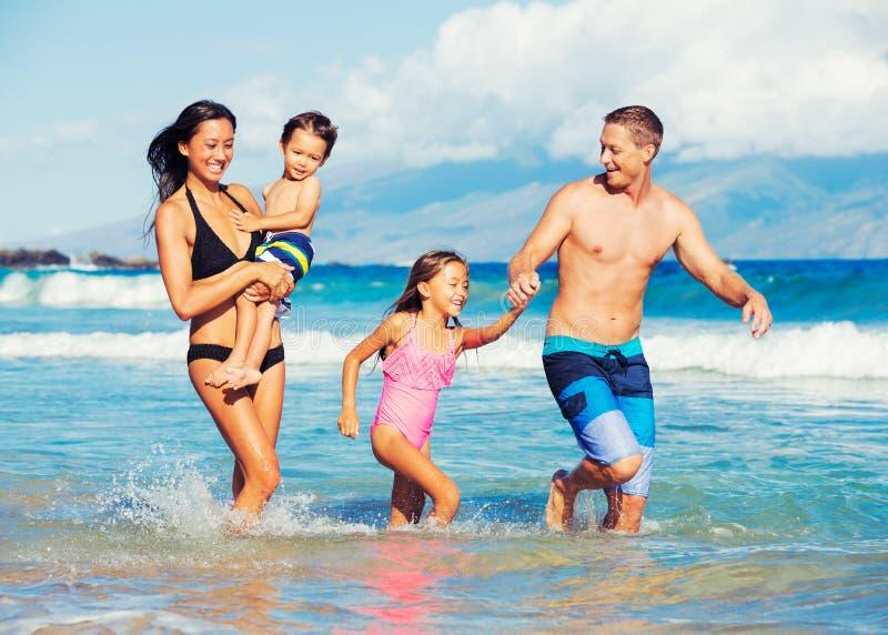 Gelukkige Familie die Pret hebben bij het Strand stock foto