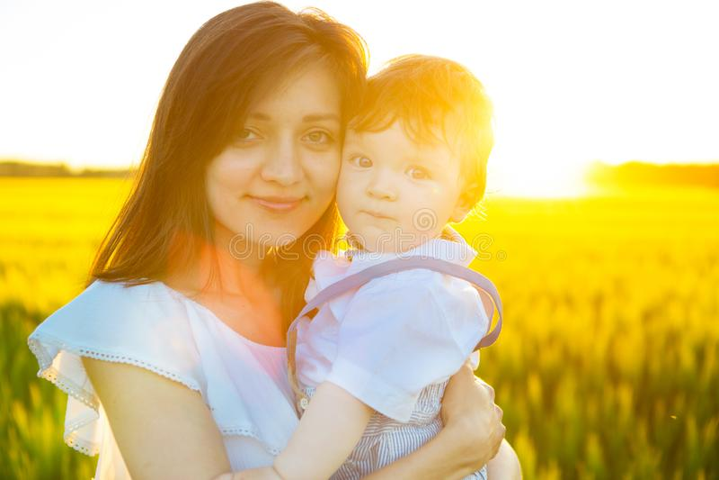 Gelukkige familie die pret heeft Babyjongen en zijn moeder die pret hebben door gebied die in openlucht van aard genieten royalty-vrije stock foto