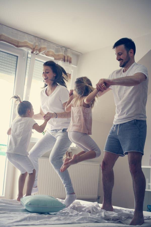 Gelukkige familie die pret op bed hebben royalty-vrije stock foto's