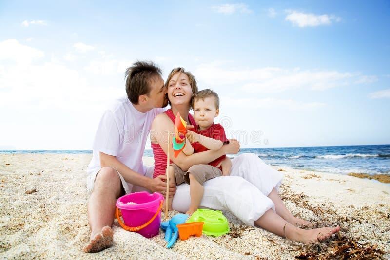 Gelukkige familie die pret op het strand heeft. stock afbeelding