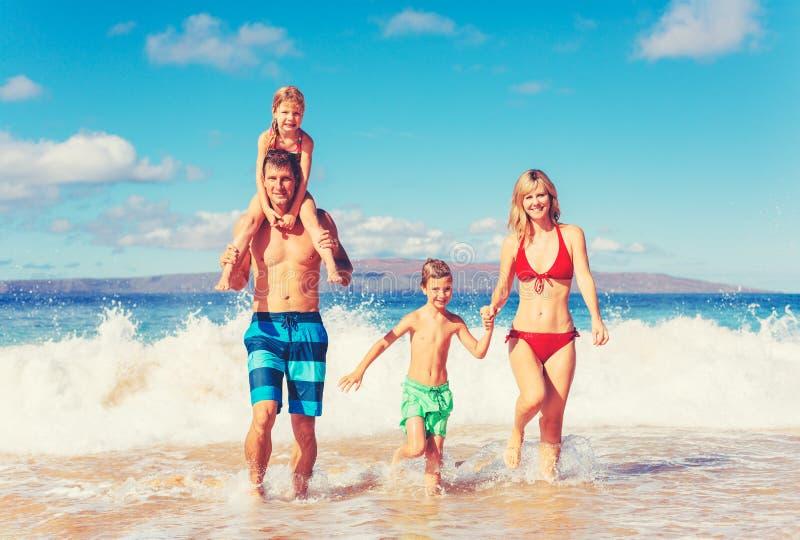 Gelukkige familie die pret op het strand heeft royalty-vrije stock foto's