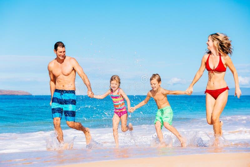 Gelukkige familie die pret op het strand heeft royalty-vrije stock foto