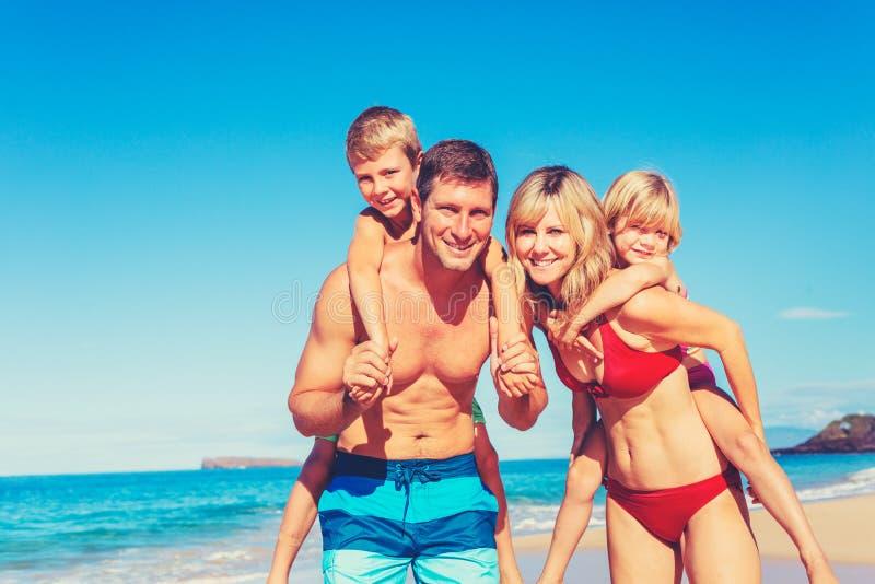 Gelukkige familie die pret op het strand heeft stock afbeeldingen