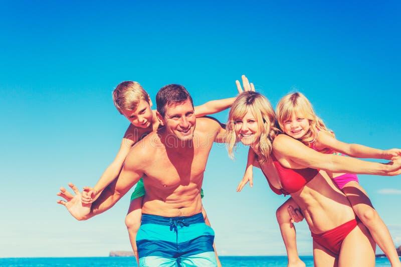Gelukkige familie die pret op het strand heeft royalty-vrije stock fotografie