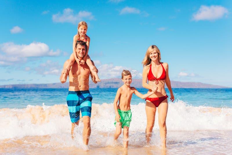 Gelukkige familie die pret op het strand heeft royalty-vrije stock afbeelding