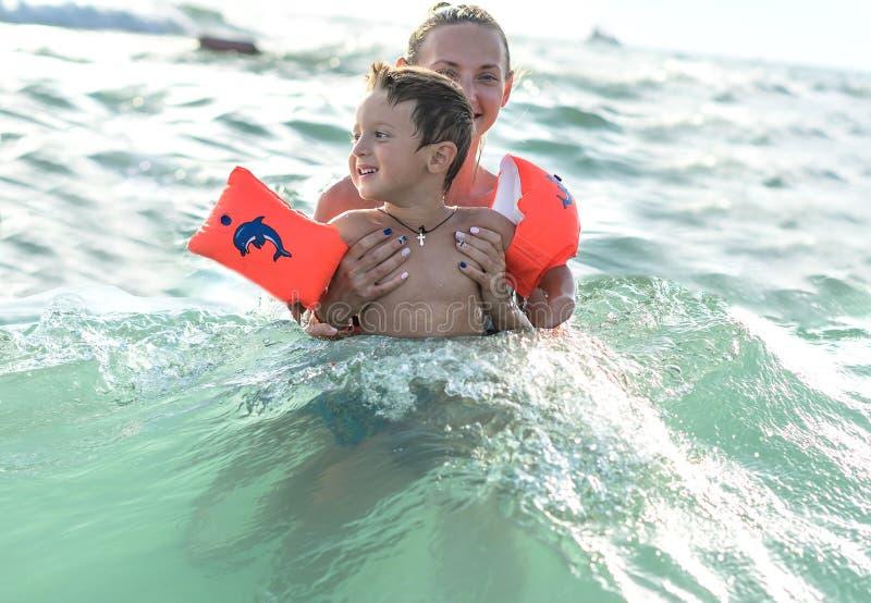 Gelukkige familie die pret op tropisch wit strand hebben Moeder en een leuke zoon Positieve menselijke emoties, gevoel, vreugde G stock foto's