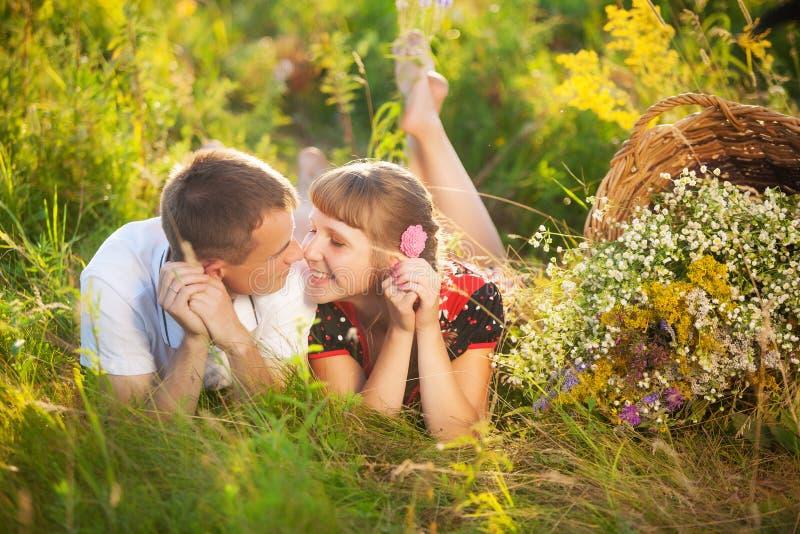 Gelukkige familie die pret in openlucht in de zomerweide hebben royalty-vrije stock foto's