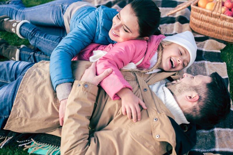 Gelukkige familie die pret in park hebben stock foto
