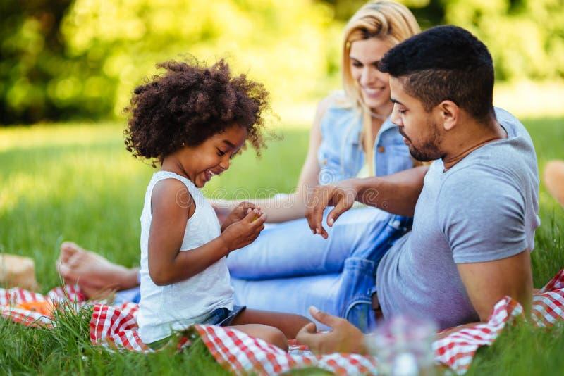 Gelukkige familie die prettijd op picknick hebben stock foto