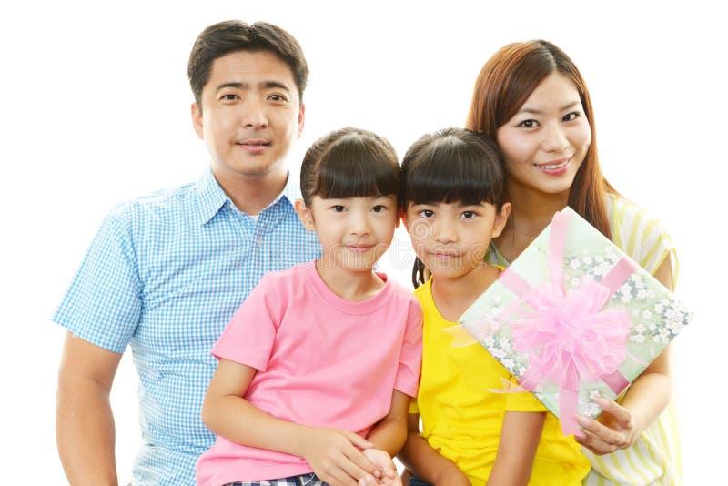 Gelukkige familie die samen glimlachen stock foto's