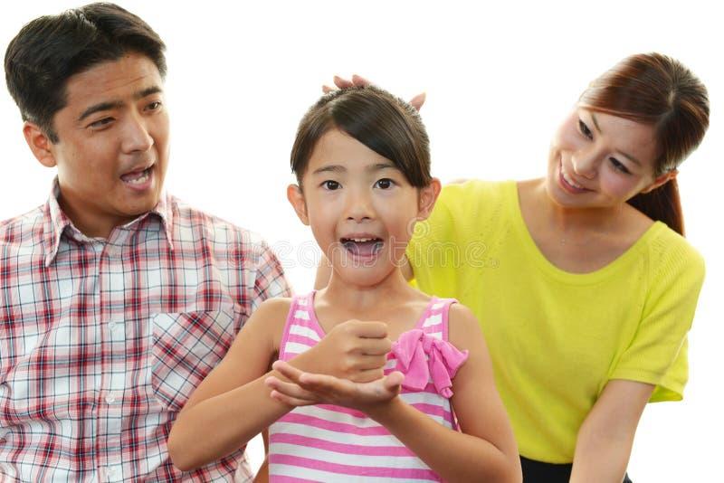 Gelukkige familie die samen glimlachen stock fotografie