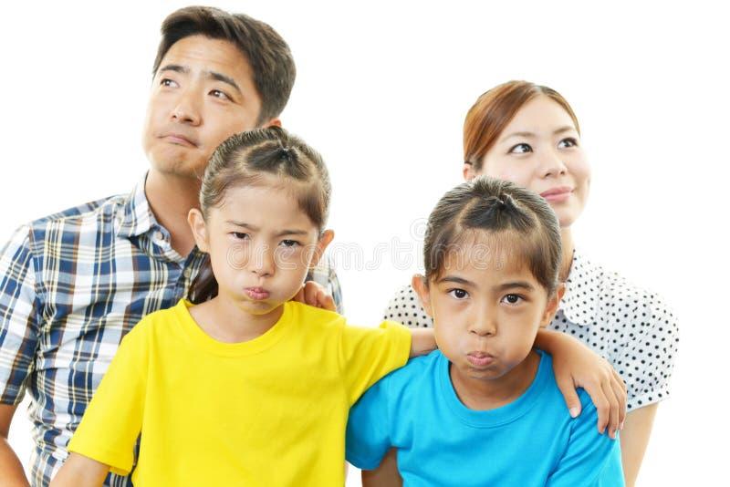 Gelukkige familie die samen glimlachen stock afbeelding
