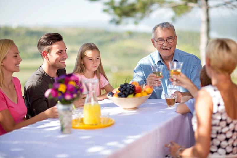 Gelukkige familie die samen glimlacht royalty-vrije stock fotografie