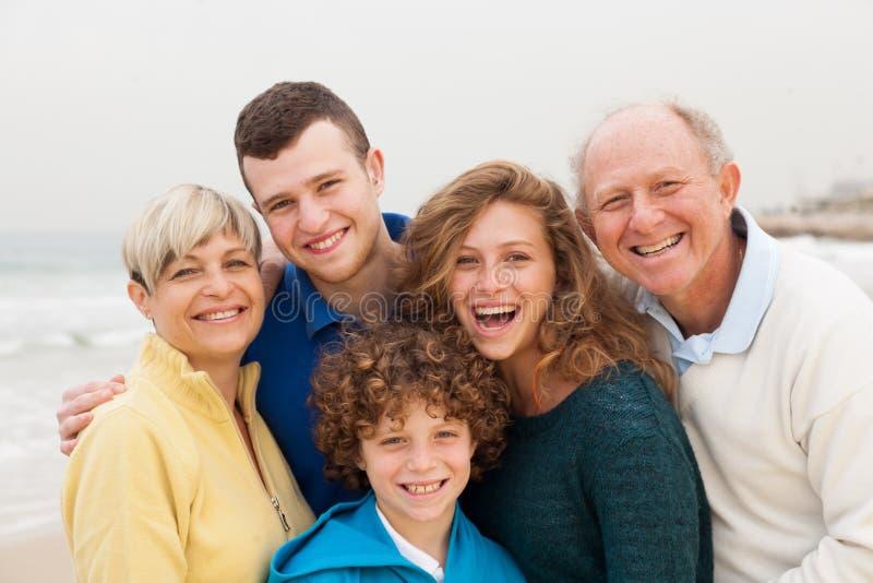 Gelukkige familie die samen stelt stock afbeeldingen