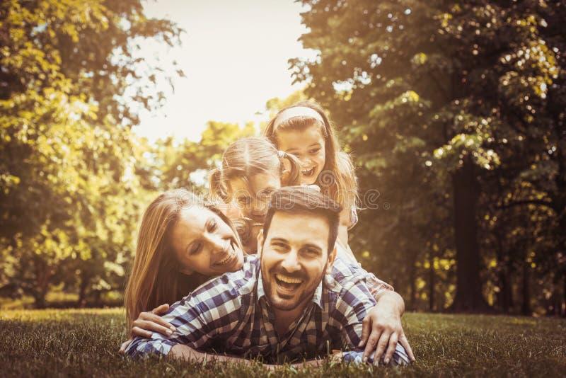 Gelukkige familie die samen van in de zomerdag genieten Meisjes het liggen royalty-vrije stock fotografie