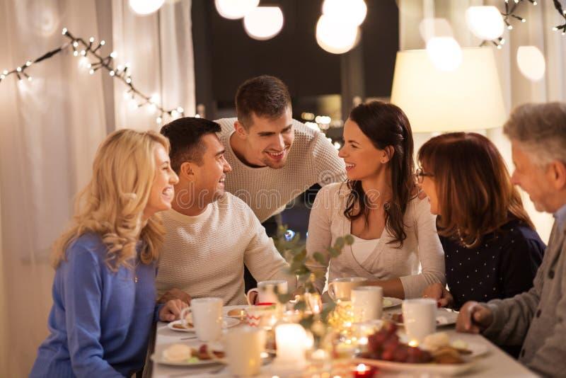 Gelukkige familie die theekransje hebben thuis stock fotografie