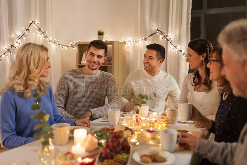 Gelukkige familie die theekransje hebben thuis royalty-vrije stock afbeeldingen