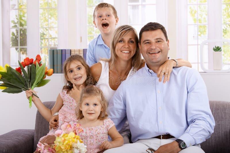 Gelukkige familie die thuis glimlacht stock fotografie