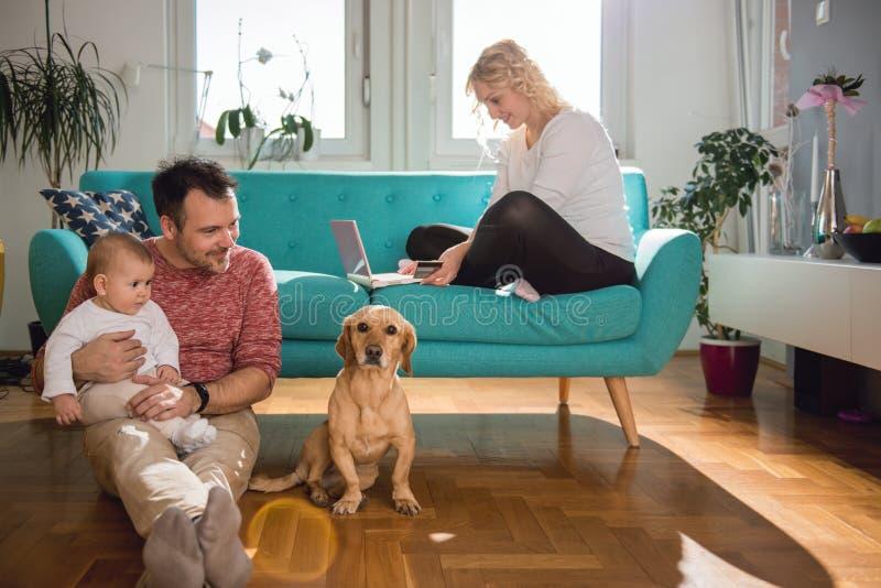 Gelukkige familie die thuis ontspant royalty-vrije stock afbeeldingen