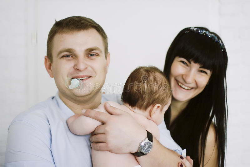 Gelukkige familie die uit mamma en papa` s babyjongen bestaan De gelukkige verhoudingen van de Familie royalty-vrije stock foto's