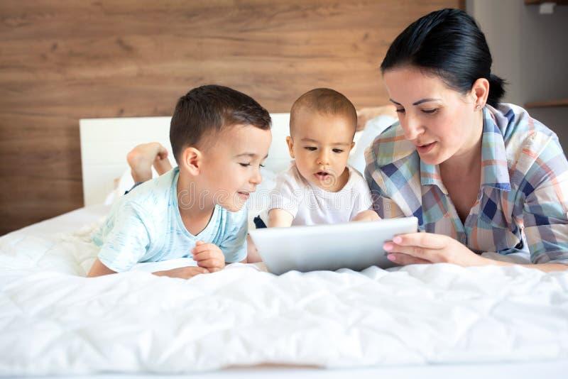 Gelukkige familie die van hun tijd samen genieten stock fotografie