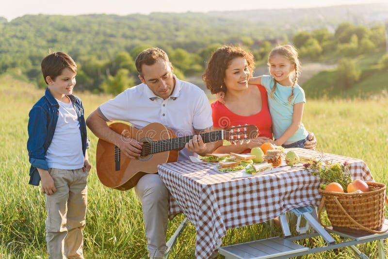 Gelukkige familie die van lunch in openlucht genieten royalty-vrije stock foto