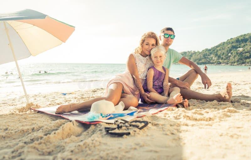 Gelukkige familie die van tijd op het strand genieten stock foto's