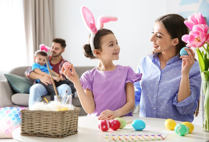 Gelukkige familie die voor Pasen-vakantie voorbereidingen treffen stock foto's