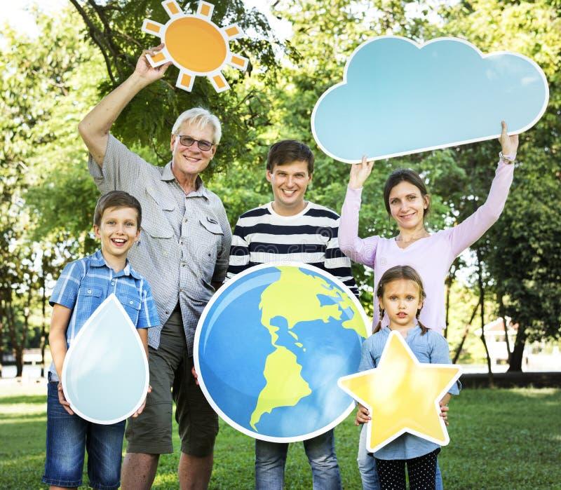 Gelukkige familie die weerpictogrammen steunen stock afbeeldingen