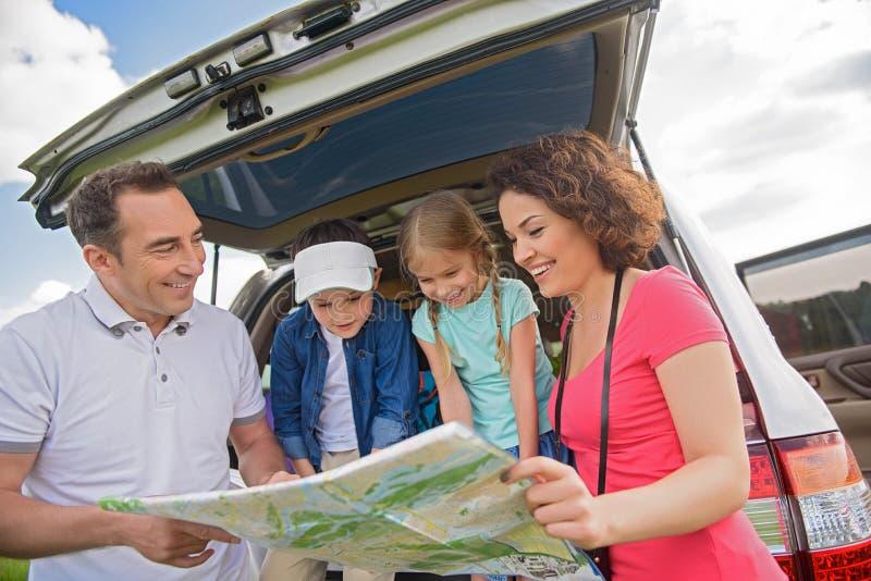 Gelukkige familie die weg van reis en de zomervakantie genieten stock afbeeldingen