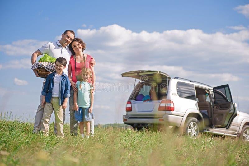 Gelukkige familie die weg van reis en de zomervakantie genieten royalty-vrije stock fotografie