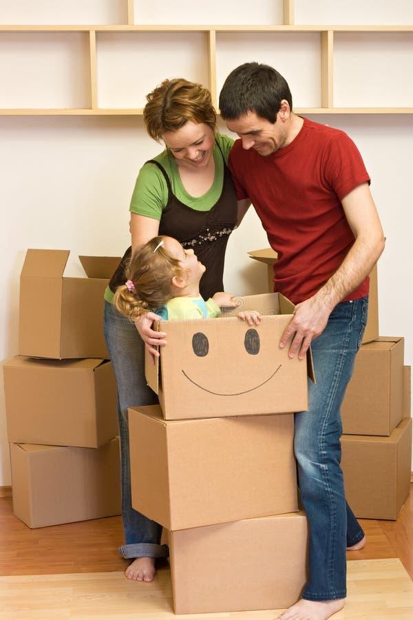 Gelukkige familie die zich in een nieuw huis beweegt stock afbeeldingen