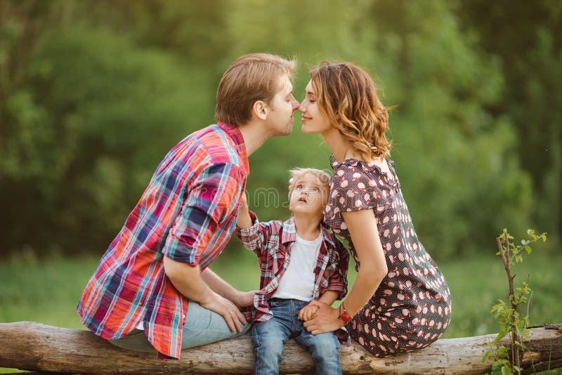 Gelukkige familie in een park stock afbeelding
