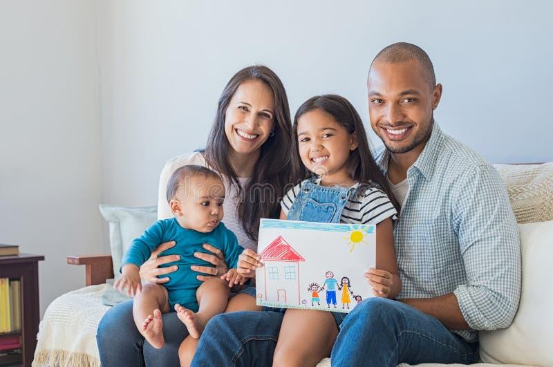 Gelukkige familie en nieuw huis stock foto's