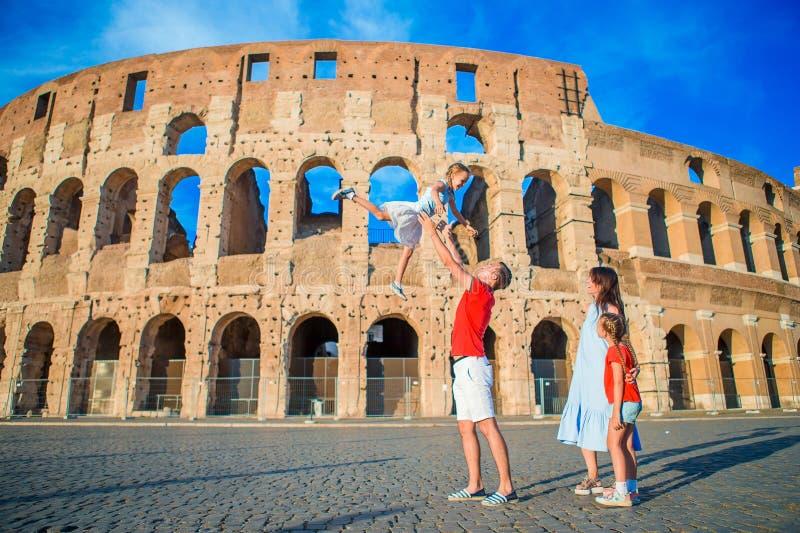 Gelukkige familie in Europa Ouders en jonge geitjes in Rome over Coliseum-achtergrond Italiaanse Europese vakantie samen stock foto